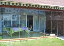 Porche con cortinas de  vidrio